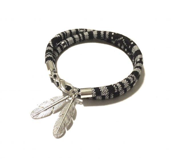 sort-grå-fjær-bohem-armbånd