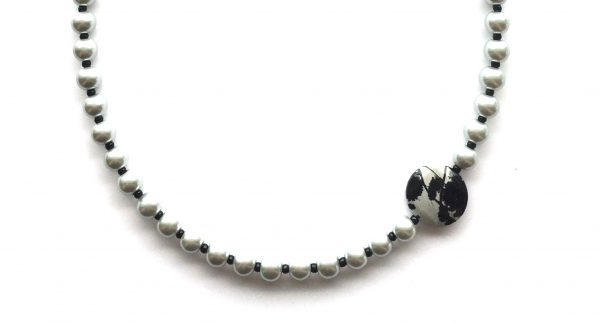 grå-perle-smykke
