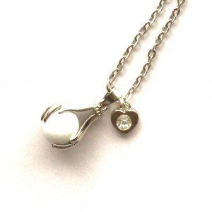 hvit-hender-chimeball-harmoni-hjerte-smykke-halskjede