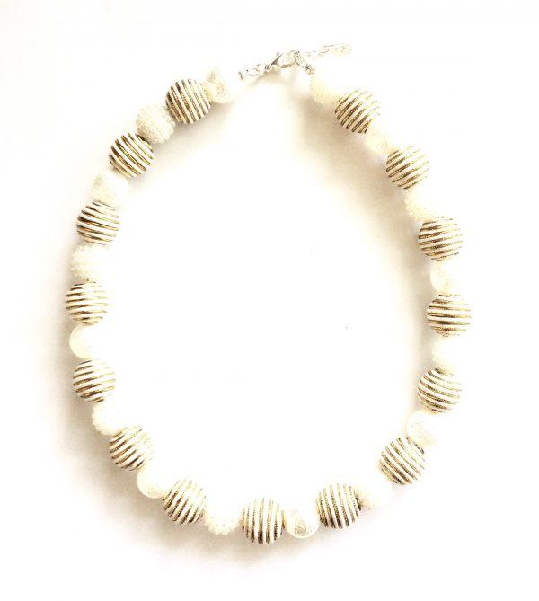 hvit-gulden-romantisk-smykke
