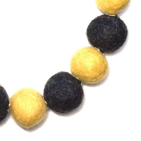 gul-grå-ull-kule-smykke
