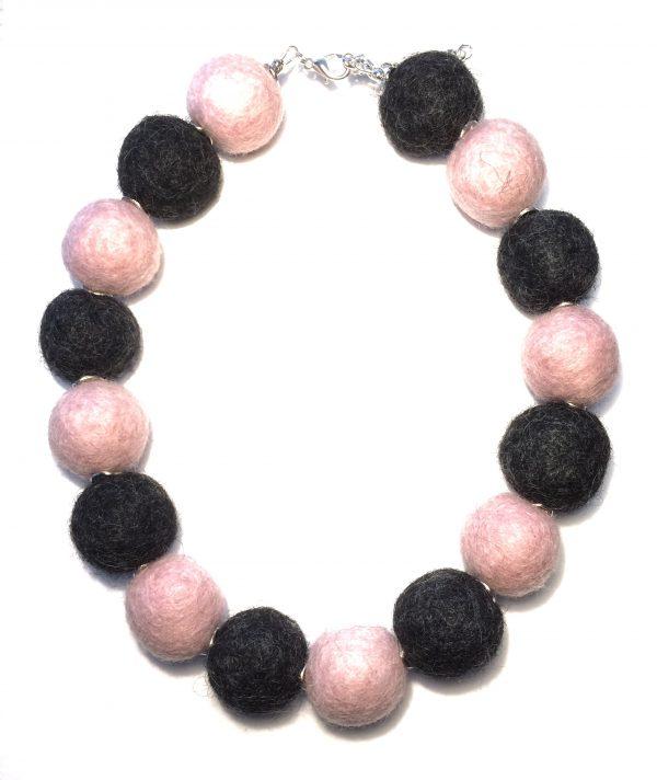 rosa-grå-ull-kule-smykke