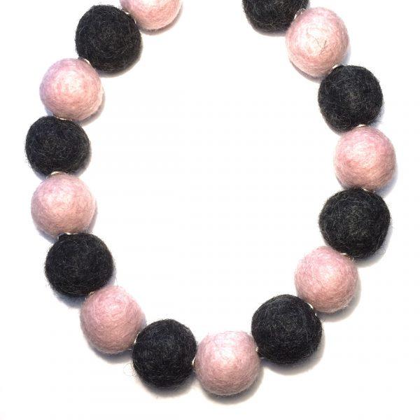rosa-grå-ull-kule-statement-smykke