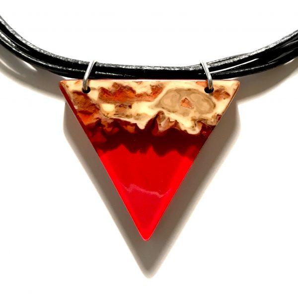 rød-triangel-sort-lær-smykke