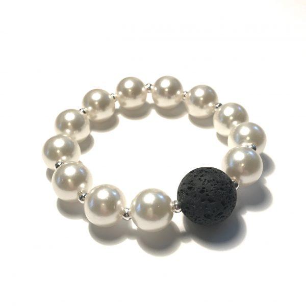 hvit-perle-sort-lava-armbånd