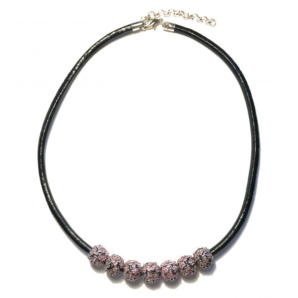 sort-lær-rosa-blomst-smykke
