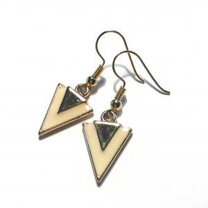 beige-trekant-geometrisk-gull-øreanheng-ørepynt