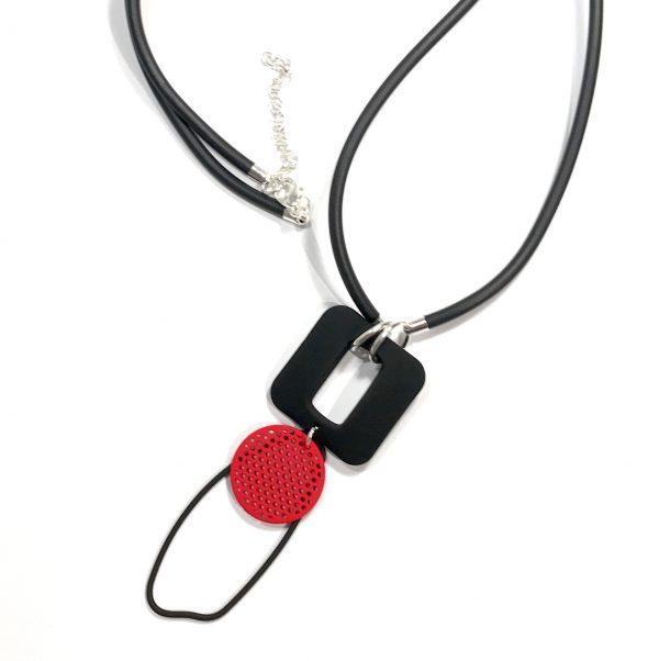sort-gummi-rød-tøff-smykke