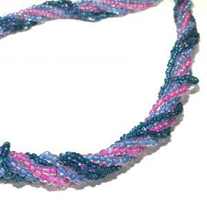 blå-lilla-rosa-smykke-flere-rader