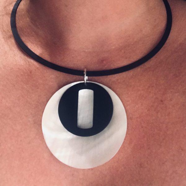 sort-hvit-perlemor-skjell-smykke-halsring-klave