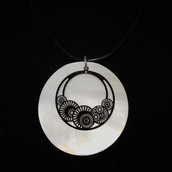 hvit-perlemor-tøff-sort-smykke