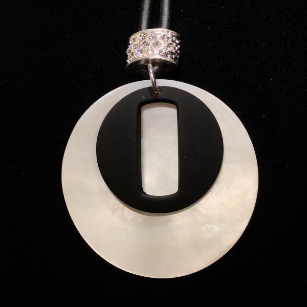 hvit-perlemor-sort-gummi-tøff-smykke