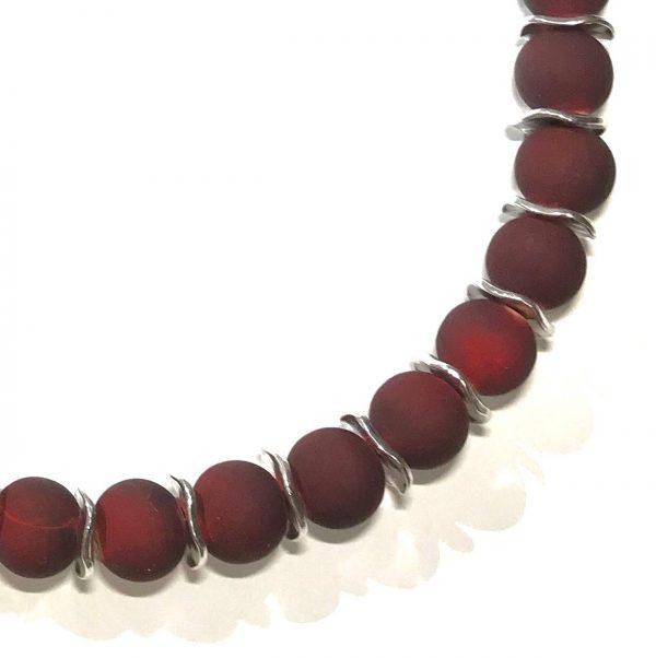 mørk-rød-tre-smykke-halskjede