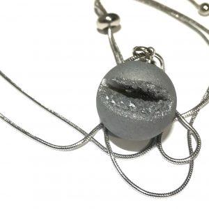 grå-glitter-agat-stål-smykke-halskjede