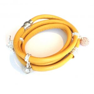 oker-gult-lammeskinn-charms-armbånd