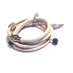 perlemor-beige-lammeskinn-charms-armbånd