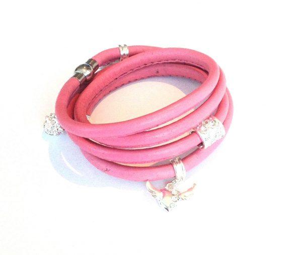 rosa-lammeskinn-lær-charms-armbånd