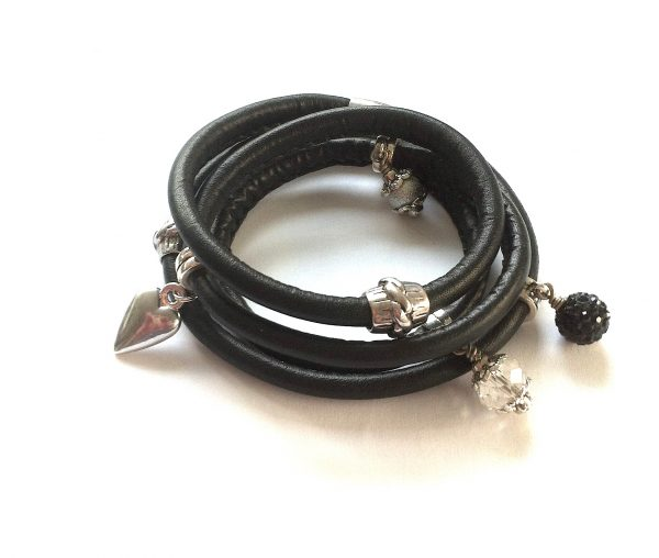 sort-lammeskinn-charms-armbånd