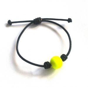gul-perle-sort-lær-armbånd