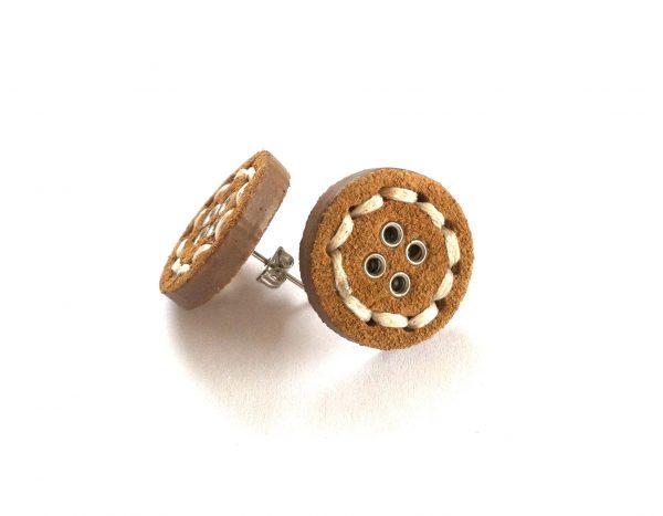 brun-knapp-øredobber-ørepynt