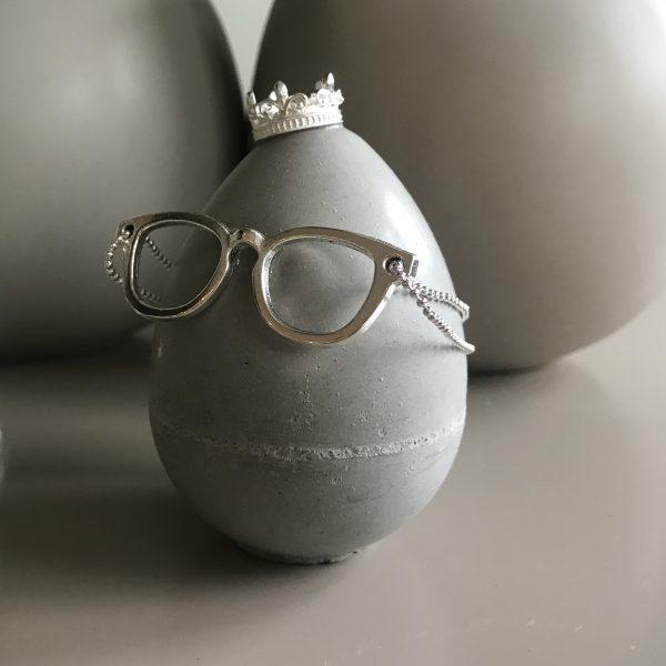 betong-egg-brille-krone-dekorasjon-interiør