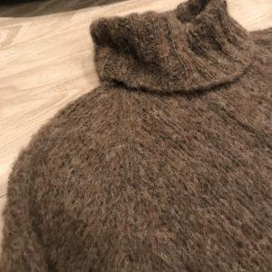 brun-håndstrikk-ull-lang-genser
