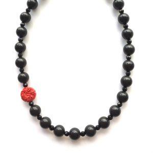 sort-rødt-halskjede-smykke