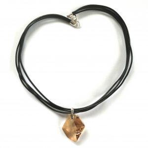halskjede-smykke-lærsmykke-swarovski-krystall