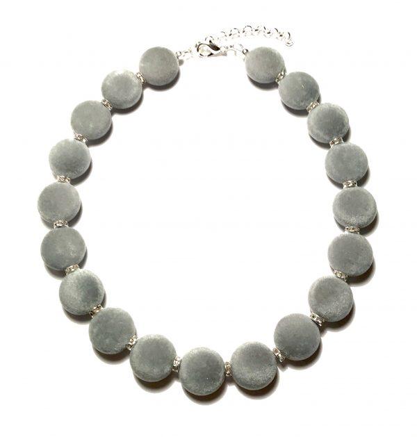 julegavetips-smykke-halskjede-grå-fløyel