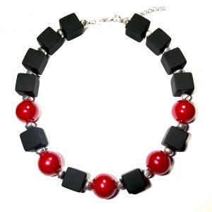 sort-rød-statement-smykke-halskjede
