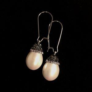 hvit-perle-ørepynt-øreanheng-øredobber