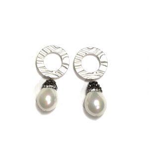 hvit-perle-øreanheng-øredobber-ørepynt
