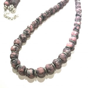 rosa-grå-smykke-halskjede