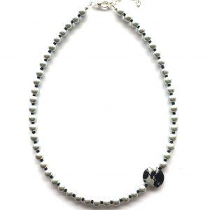 grå-smykke-halskjede