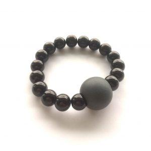 grå-armbånd