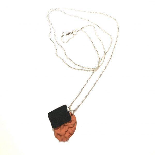 brunt-sort-smykke