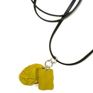 gul-sort-gummi-smykke-halskjede