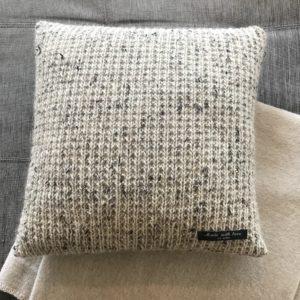 pute-interiør-hvit-alpakka-tweed-strikk